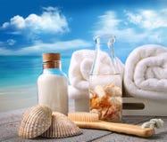 Tovaglioli con gli accessori del bagno alla spiaggia fotografie stock