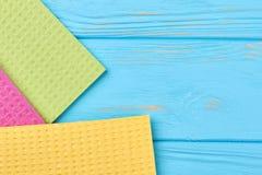 Tovaglioli della cucina su fondo di legno blu fotografie stock libere da diritti