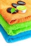 Tovaglioli di bagno Multi-colored e pietre nere della stazione termale Fotografia Stock Libera da Diritti