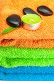 Tovaglioli di bagno Multi-colored, sto nero della stazione termale Fotografie Stock Libere da Diritti