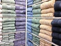 Tovaglioli di bagno multicolori da vendere Fotografie Stock Libere da Diritti