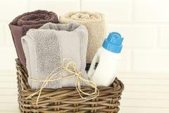 Tovaglioli e detersivo di lavanderia liquido immagini stock
