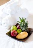 Tovaglioli e frutta di bagno fotografia stock libera da diritti