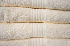 Tovaglioli puliti Molti asciugamani bianchi puliti sono impilati ordinatamente sullo scaffale fotografia stock libera da diritti