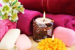Tovaglioli, saponi, fiori, candele Fotografia Stock