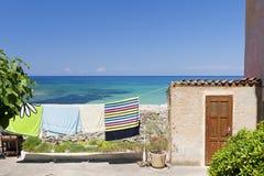 Tovaglioli sul clothesline dal mare Fotografie Stock Libere da Diritti