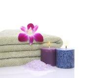 Tovagliolo, candele, orchidea e sale di bagno verdi Fotografia Stock Libera da Diritti