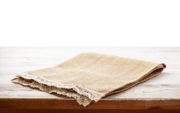 Tovagliolo della tela con pizzo, tovaglia sulla tavola di legno su fondo bianco possono usato per esposizione o il montaggio i vo immagine stock