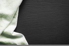 Tovagliolo di tela verde sul piatto nero dell'ardesia Vista superiore Immagini Stock