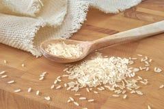 Tovagliolo e riso di legno del cucchiaio sul tagliere Fotografia Stock Libera da Diritti