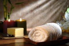 Tovagliolo e sapone con le candele in una stazione termale di rilassamento Fotografie Stock Libere da Diritti
