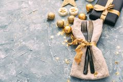 Tovagliolo, forcella e coltello sopra fondo d'annata Cena del buon anno Fotografia Stock