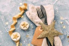 Tovagliolo, forcella e coltello sopra fondo d'annata Cena del buon anno Fotografia Stock Libera da Diritti