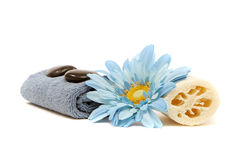 Tovagliolo, loofah, fiore e rocce della stazione termale immagine stock libera da diritti