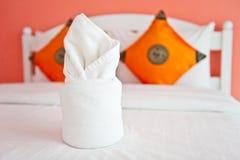 Tovagliolo nella camera da letto arancione - interiori domestici. Fotografie Stock