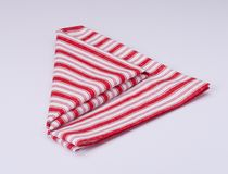 Tovagliolo piegato bianco rosso su fondo bianco Immagine Stock
