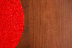 Tovagliolo rosso sopra una tavola di legno immagini stock