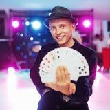Tovenaar die truc met speelkaarten tonen Magisch, circus stock afbeelding