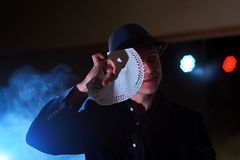 Tovenaar die truc met speelkaarten tonen Magisch of handigheid, circus, het gokken Goochelaar in donkere ruimte met mist stock foto's