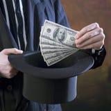 Tovenaar met contant geld en hoge zijden Stock Foto's