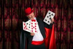Tovenaar met grote kaarten Royalty-vrije Stock Afbeeldingen