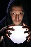 Tovenaar met magische bal stock fotografie