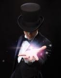 Tovenaarholding iets op palm van zijn hand Royalty-vrije Stock Fotografie