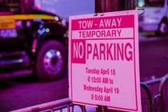 Tow Away Zone - muestra del estacionamiento prohibido en la noche - LOS ÁNGELES - CALIFORNIA - 20 de abril de 2017 Fotos de archivo