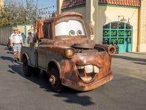 Tow Mater che guida in automobili atterra nel parco di avventura di Disney la California Fotografia Stock Libera da Diritti