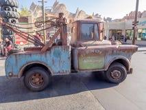 Tow Mater som kör i bilar, landar på i det Disney Kalifornien affärsföretaget parkerar Arkivfoto