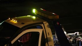 Tow Truck Lights Flashing en la noche almacen de video