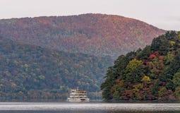 Towada See und Anblick, die Boot sehen, während der Herbstsaison zu kreuzen Stockbild