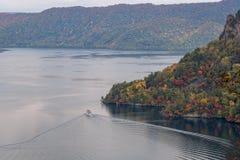 Towada See und Anblick, die Boot sehen, während der Herbstsaison zu kreuzen Lizenzfreie Stockfotos