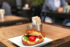Towarzyszący zatłoczonym sklep z kawą tłem z sandivic serem i pomidorem obraz stock