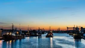 Towboat im Hafen am Abend Lizenzfreie Stockbilder