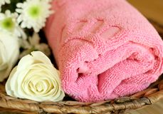 towel and flowers - beauty treatment Royalty Free Stock Photos
