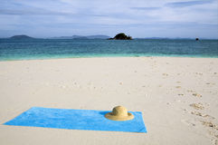 Towel and hat on beach Royalty Free Stock Photography