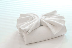 Towel on the hotel bed Royalty Free Stock Photography