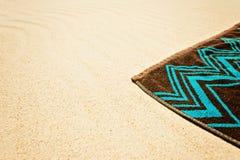 Towell de la playa en la arena Imágenes de archivo libres de regalías