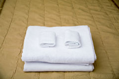 Towels on hotel bed Royalty Free Stock Photos