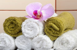 Towels with orchid flower Royalty Free Stock Photos