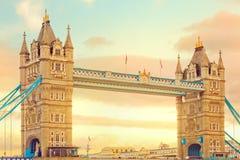 Tower överbryggar på solnedgången. Populär landmark i London, UK Arkivfoton