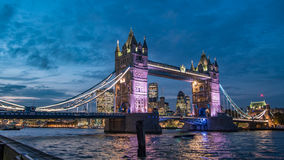 Tower bridge at night with the City of London in the background Royalty Free Stock Photos