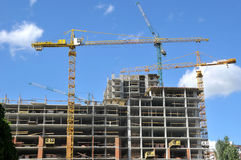 Tower cranes on the construction of the building Royalty Free Stock Images