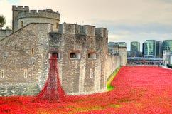Tower von London mit Meer von den roten Mohnblumen, zum sich an der gefallenen Soldaten von WWI zu erinnern - 30. August 2014 - L Stockbilder