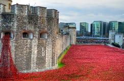 Tower von London mit Meer von den roten Mohnblumen, zum sich an der gefallenen Soldaten von WWI zu erinnern - 30. August 2014 - L Stockfotografie