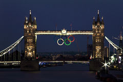 Tower von London mit Olimpic-Ringen Stockfotografie