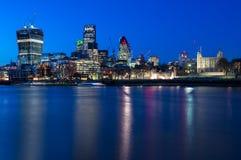 Tower von London und Stadt von London, England Stockbild