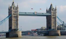 Towerbridge y omnibus rojo Foto de archivo