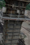 Towering стальная структура около железнодорожных путей Стоковые Фото